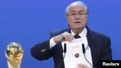 Коррупцияда айбланаётганлар орасида ФИФА президенти Зепп Блаттер йўқ.