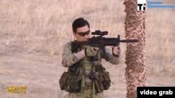 Президент Туркменистана Гурбангулы Бердымухамедов стреляет из винтовки. Кадр видео государственного телевидения.