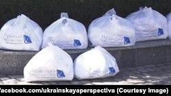 Фонд Олександра Вілкула «Українська перспектива» роздає маски і рукавички у брендованих пакетах, Кривий Ріг, березень 2020 року