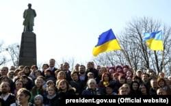 Президент України Петро Порошенко (праворуч від пам'ятника) разом з іншими учасниками відзначення 205-ї річниці народження Тараса Шевченка. Канів, Тарасова гора, 9 березня 2019 року