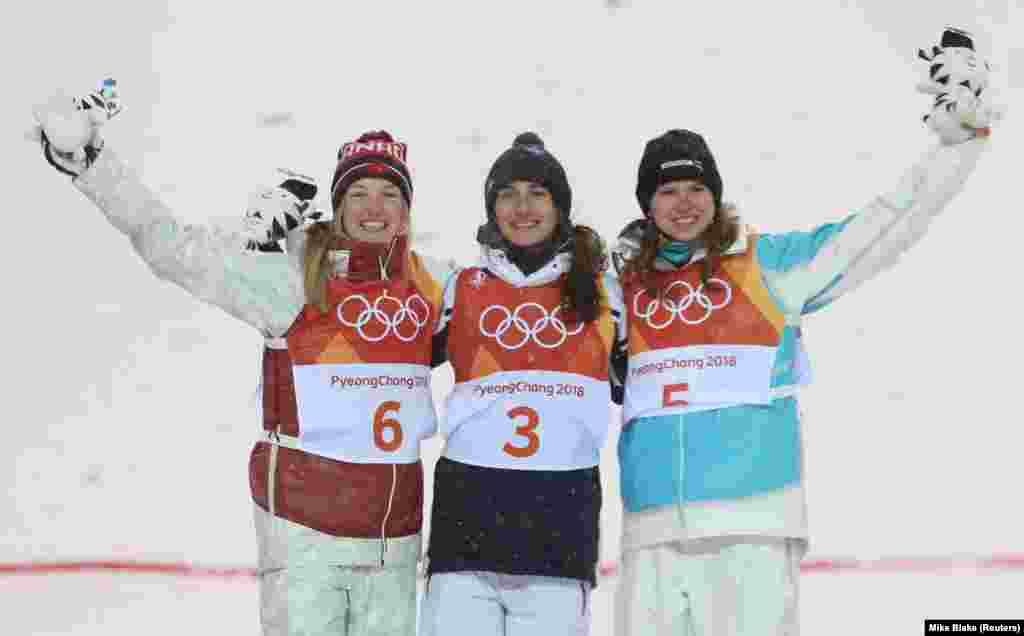 Юлия Галышева (справа) после награждения призеров в женском могуле. В центре - олимпийская чемпионка Перрин Ляффон, справа - серебряный призер канадка Жюстин Дюфур-Лапуант.