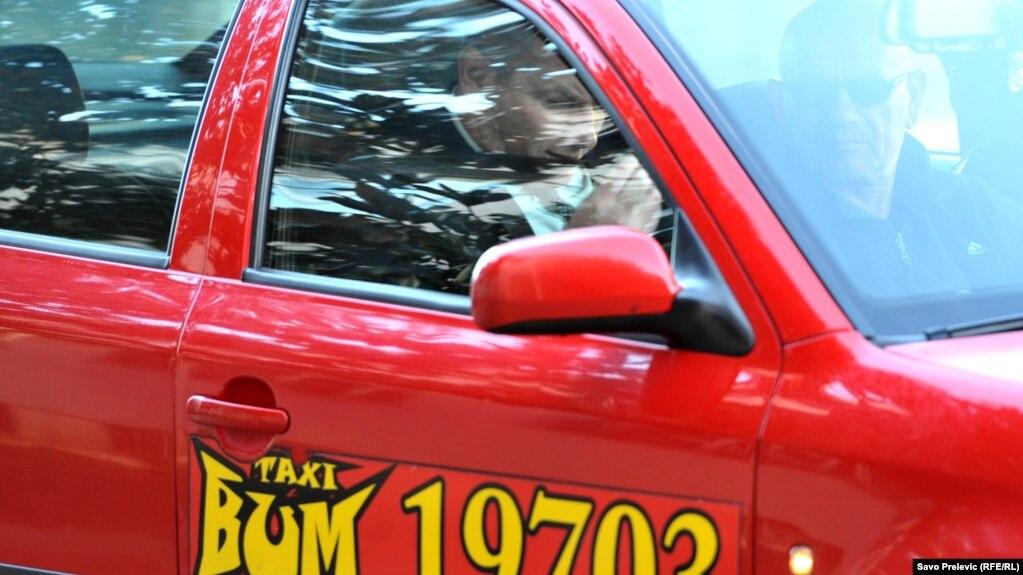 Ключевой свидетель по делу о перевороте гражданин Сербии Саша Синджелич (справа от водителя), Подгорица, 27 октября 2017