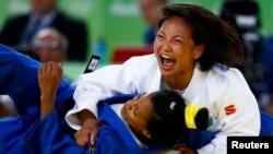 Қазақстандық дзюдошы Галбадрах Отгонцэцэг (ақ формада) олимпиада ойындарында. Рио-де-Жанейро. 6 тамыз 2016 жыл.