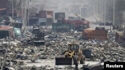 Тяньцзинь қаласындағы жарылыс орнында жүрген бульдозер. Қытай, 13 тамыз 2015 жыл.