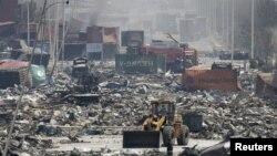 Бульдозер недалеко от района взрыва в городе Тяньцзинь, 13 августа 2015 года.