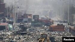 Бульдозер недалеко от района взрыва в городе Тяньзинь, 13 августа 2015 года.