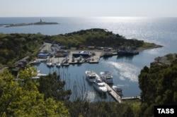 """Вид на маяк и Змеиную бухту, где расположен яхт-клуб """"Форт Утриш"""""""