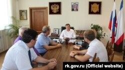 Геннадий Нараев, министр экологии и природных ресурсов Крыма (в центре)