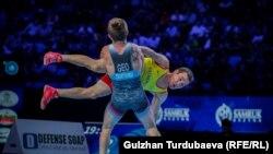 Корлан Жаканша (в желтой форме) на чемпионате мира по борьбе. Нур-Султан, 15 сентября 2019 года.