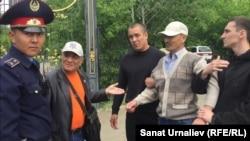 Жалғыз адамдық пикет өткізген бұрынғы полиция қызметкері Әлібек Ерғазиевті полиция ұстап жатыр. Орал, 31 мамыр 2018 жыл.