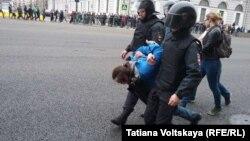 """Задержание митингующего в Санкт-Петербурге на акции """"Он нам не царь"""""""