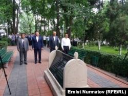 Группа чиновников во главе с Кубатбеком Бороновым у памятника.