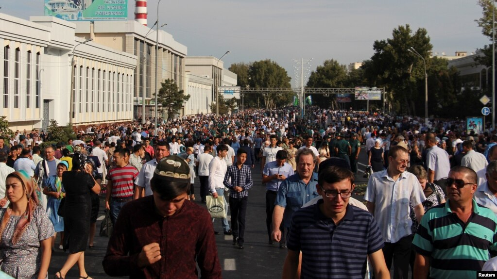 Ташкент көшесіне шыққан халық (Көрнекі сурет).