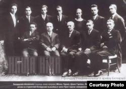 Янка Купала (у першым радзе пасярэдзіне) сярод студэнтаў у Празе, 1925