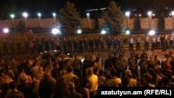 Հայաստան -- Ցուցարարները հավաքվում են Ռուբեն Հայրապետյանի տան մոտ, Երեւան, 8-ը հուլիսի, 2012թ․
