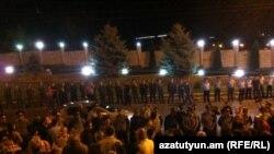 Участники акции возле дома известного предпринимателя Рубена Айрапетяна, Ереван, 8 июля 2012 г.