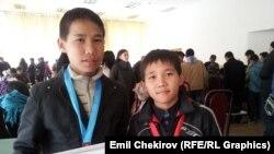 Шахмат боюнча Кыргызстандын чемпиондугунун күмүш жана алтын байгесинин ээлери, ага ини шахматчылар Арзыбек жана Руслан (оң тарапта) Съездбековдор. 30-март, 2015-ж.