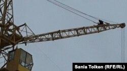 Акция протеста работника нефтесервисного предприятия Oil Construction Company (OCC) Мейрамбека Куантаева на месторождении Каламкас в Мангистауской области. 11 января 2017 года.
