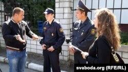Міліцыянты-ахоўнікі не дазваляюць блогерам весьці здымкі на прылеглай да суду тэрыторыі