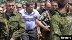 Олександр Захарченко (на милицях), ватажок угруповання «ЛНР», що визнане в Україні терористичним. Окупований Донецьк, 15 червня 2015 року