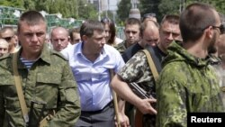 В центре в гражданском Александр Захарченко, главарь группировки «ДНР». Донецк, 15 июня 2015 года. Иллюстрационное фото