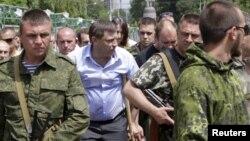 У центрі в цивільному Олександр Захарченко, ватажок угруповання «ДНР», що визнане в Україні терористичним. Донецьк, 15 червня 2015 року