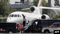 Самолет президента Боливии Эво Моралеса в международном аэропорту Вены. 3 июля 2013 года.