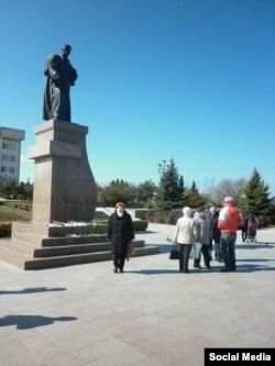 Севастопольці покладають квіти до пам'ятника Шевченку, 9 березня 2015 року
