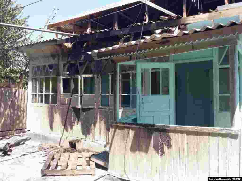 В селе Дихан в ночь на 2 августа неизвестные подожгли два дома и несколько автомобилей.