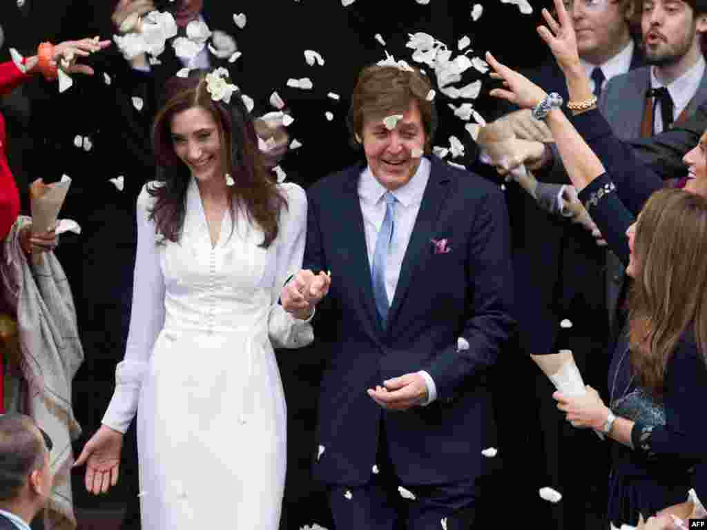 Paul McCartney and his new wife, Nancy Shevell, leave Marylebone registry office in central London following their wedding on October 9. (Photo by Leon Neal for AFP)