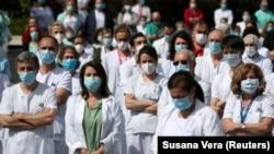 Spanjë - Stafi nga spitali La Paz, më 20 prill, mbajti një minutë heshtje për të kujtuar Joaquin Diaz, shefin e kirurgjisë së spitalit, i cili vdiq nga COVID-19.
