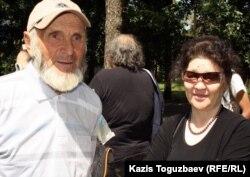 Справа Тохтар Рахметова, вдова Аркена Уака, репрессированного за участие в Декабрьских событиях 1986 года; слева Валерий Кара-Мадэ, пострадавший за поддержку Аркена Уака. Алматы, 31 мая 2012 года.