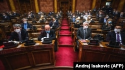 Srpska napredna stranka uživa podršku 163 poslanika (od ukupno 250), delom i zahvaljujući opozicionom bojkotu izbora od 21. juna 2020. Deo opozicije traži izmenu izbornih uslova i za izbore najavljene za 2022. Na fotografiji poslanici vlasti na sednici Skupštine iz maja 2020.