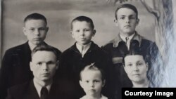 Семья Петренко, 1953 год. Валерий - в центре верхнего ряда