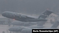 Avioane militare care decolează de la Ramstein, Germania