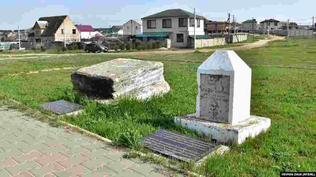 Возле обелиска установлен фрагмент надгробия генерал-лейтенанта Георга Каткарта, погибшего в Инкерманском сражении 5 ноября 1854 года. В июне 2009 года с бывшего Британского воинского некрополя на холме Каткарта перенесен фрагмент надгробия с могилы лейтенанта 7-го полка королевских фузилеров Оливера Колта, погибшего при штурме 3-го бастиона (Большого редана) 27 августа 1855 года