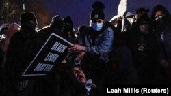 США: хвиля протестів після вбивства поліцейською темношкірого чоловіка у фото