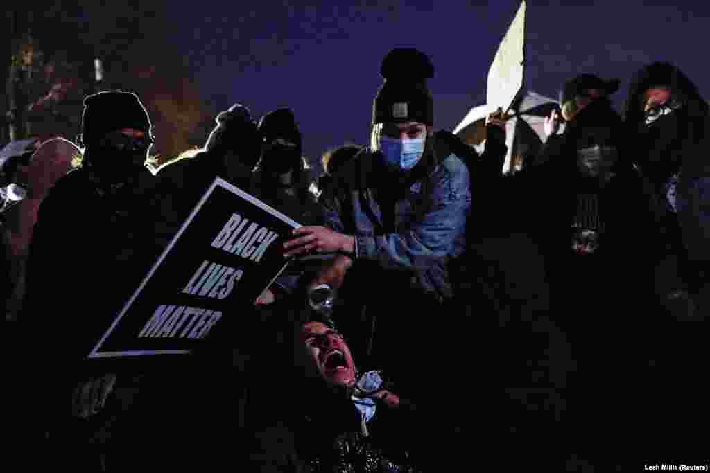 14 квітня під час нічних акцій представники поліції знову використовували проти протестувальників сльозогінний газ та світлошумові гранати. Молодому чоловіку (посередині фото) сльозогінний газ потрапив в очі, інші учасники акції надають йому першу допомогу