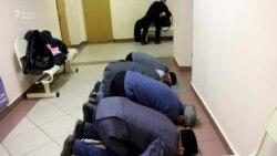 ТИҮ активистлары мәхкәмә бинасында намаз укыды