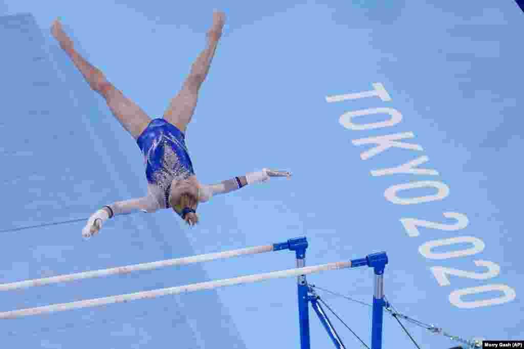 Вікторія Лістунова із Росії виступає на брусах під час фінальних змагань зі спортивної гімнастики серед жінок. Токіо, 27 липня 2021 року