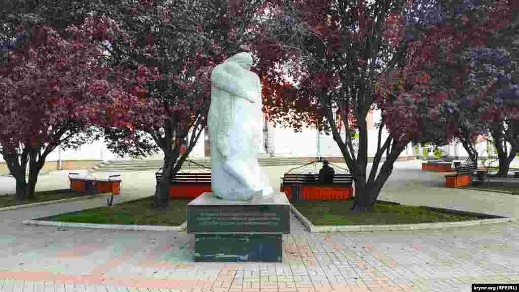 За декілька метрів розташований інший пам'ятник під назвою «Постріл в спину». Цей монумент встановили з ініціативи місцевих комуністів у вересні 2007 року «в пам'ять про радянських громадян, які загинули від рук українських націоналістів»