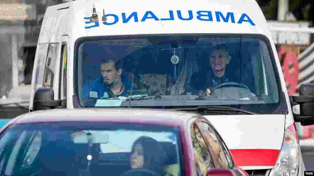 У підконтрольному Кремлю Міністерстві охорони здоров'я Криму повідомили, що в Сімферополі померли двоє лікарів, які працювали в місцевих поліклініках. Медперсоналу в лікарнях не вистачає, тому, як стверджує російський міністр охорони здоров'я Криму Олександр Остапенко, до роботи залучають студентів-медиків і волонтерів