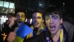 Українські вболівальники продовжили святкувати перемогу над збірною Франції на вулицях Києва