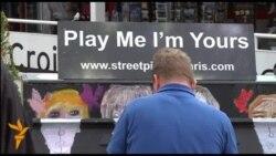 Парижани і туристи грають і слухають музику на вуличному фестивалі під Ейфелевою вежею