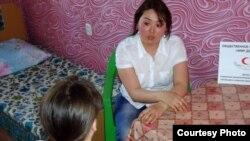 Социальный работник кризисного центра беседует с жертвой бытового насилия. Иллюстративное фото.