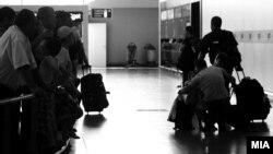 Луѓе со куфери на аеродромот Александар Велики.