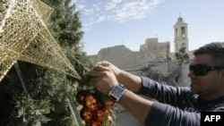 تزیین درخت کریسمس در میدانی در شهر بیتاللحم