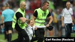 Pussy Riot провели акцію протесту на підтримку політв'язнів під час фінального матчу чемпіонату світу з футболу