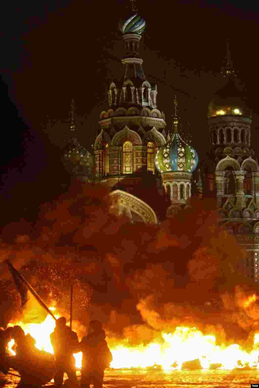 """Участники акции """"Свобода"""" принесли на мост автомобильные покрышки, сложили из них баррикады и подожгли"""