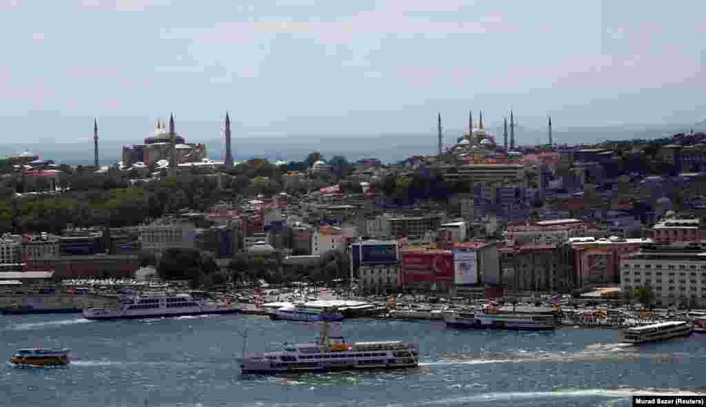 На фото: Коаєвид із Мармурового моря: Айя-Софія (ліворуч) та Блакитна мечеть (праворуч) видніються вдалечині. Президент Ердоган, намагаючись приборкати хвилі критики, заявив:«Як і в усіх інших наших мечетях, двері [Святої Софії] будуть відчинені для кожного – мусульманина чи немусульманина». Однак в інтерв'ю одному з турецьких ЗМІ він також заявив:«Остаточно ухвалює рішення про статус Святої Софії турецька нація, а не інші. Це наша внутрішня справа»